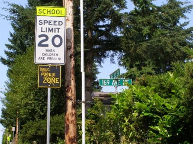 A school zone sign close by to Ardmore Elementary School. Although the sign doesn't have beacons, equivalent rules apply.